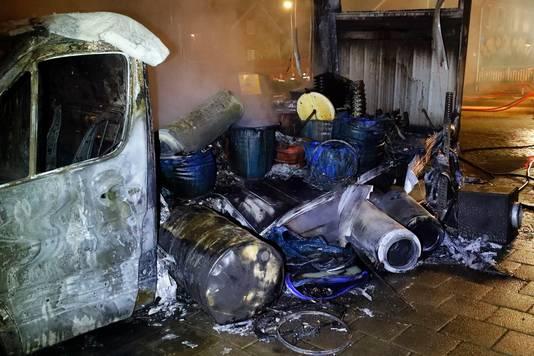 Het witte vrachtwagentje met drugsafval dat in 2018 in brand werd gestoken aan de Offenbachlaan in Eindhoven.