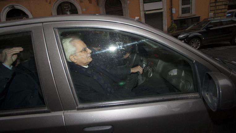 Sergio Mattarella, gesport door Italiaanse fotografen in een auto in Rome, is vandaag door het Italiaanse parlement gekozen tot opvolger van president Napolitano. Beeld ap