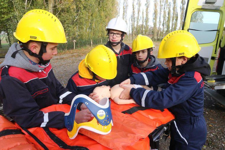 Jonge bandweerlui oefenen hun 'reanimatieskills'.