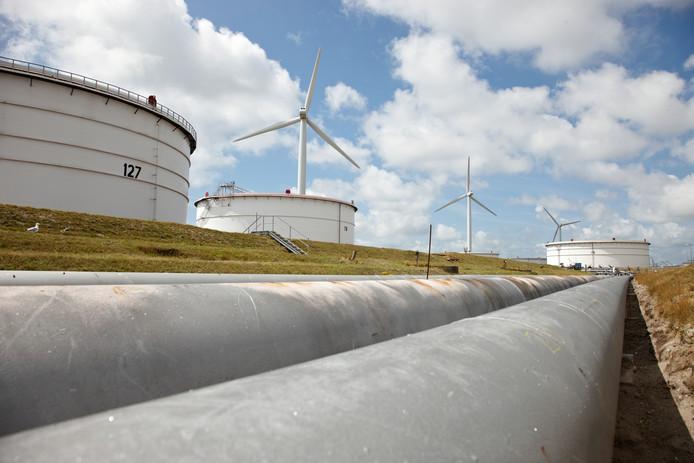 Opslagtanks en windmolens bij de BP-raffinaderij in de Rotterdamse haven.