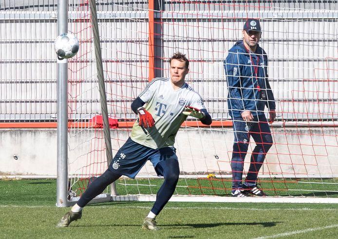 Manuel Neuer, de keeper van Bayern, stond vandaag sinds lange tijd weer op het trainingsveld.