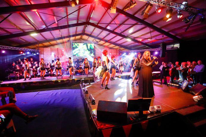 Muziekvereniging Juliana uit Someren-Eind sluit het eeuwfeest af met Juliana Live in een omgebouwde groentenloods.