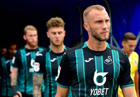 Mike van der Hoorn in het nieuwe uitshirt van Swansea City.
