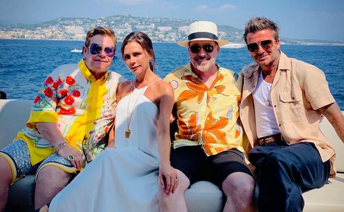 Les Beckham profitent des vacances sur leur yacht en compagnie d'Elton John.