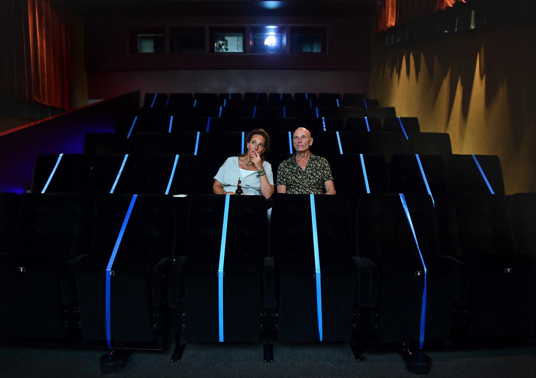 Bioscoop Lux in Nijmegen is open voor 30 mensen per filmzaal. Het loopt nog niet storm. Een vader en zijn dochter zijn de enige twee bezoekers van de film Proxima.