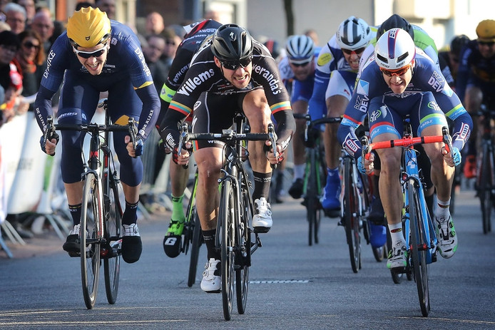 Eindsprint met winnaar Aidis Kruopis tussen de nummer twee Antoine Demoitie en drie Coen Vermeltfoort.