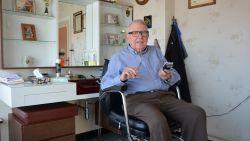 """Kapper Hilaire (89) legt zijn schaar na carrière van 75 jaar neer: """"Mondmaskers dragen gaat niet meer, maar ik zal de babbels missen"""""""