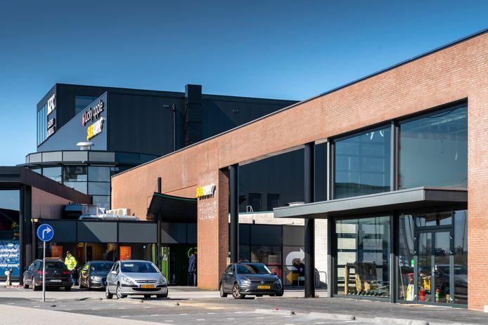 Het Leisurecentrum in Waalwijk wordt uitgebreid met het voormalige Bruynzeelpand (rechts). Daar komt een arcadehal in.
