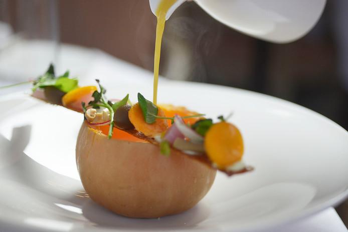 Het voorgerecht van chef-kok Dennis van den Beld van Het Roode Koper in Leuvenum (Ermelo): schuimige pittige pompoensoep.