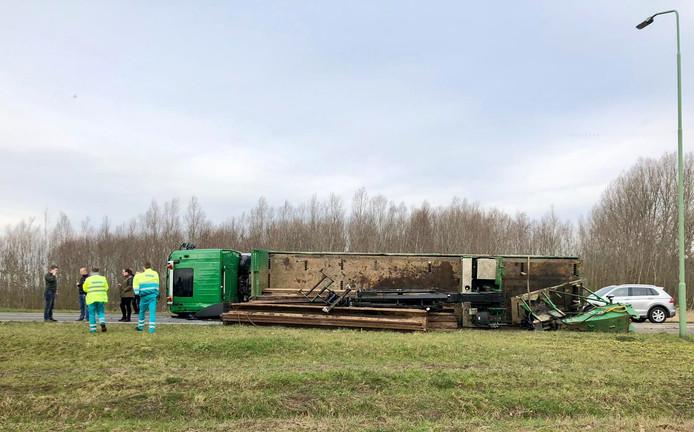 Op de afrit van de A27 bij Werkendam is een vrachtwagen gekanteld.