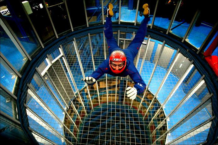 Een bezoeker waagt vrijdag een sprong in het Indoor Skydive centrum in Roosendaal.