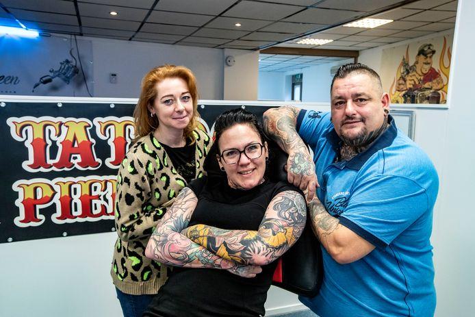 Alle afspraken van Marisca ten Brinke (midden) zijn afgezegd. De tattooshop Kings & Queen draait op halve kracht verder vanwege het coronavirus.