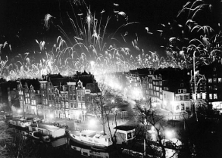 Vuurwerk in Amsterdam bij het begin van 1978. (FOTO ANP) Beeld