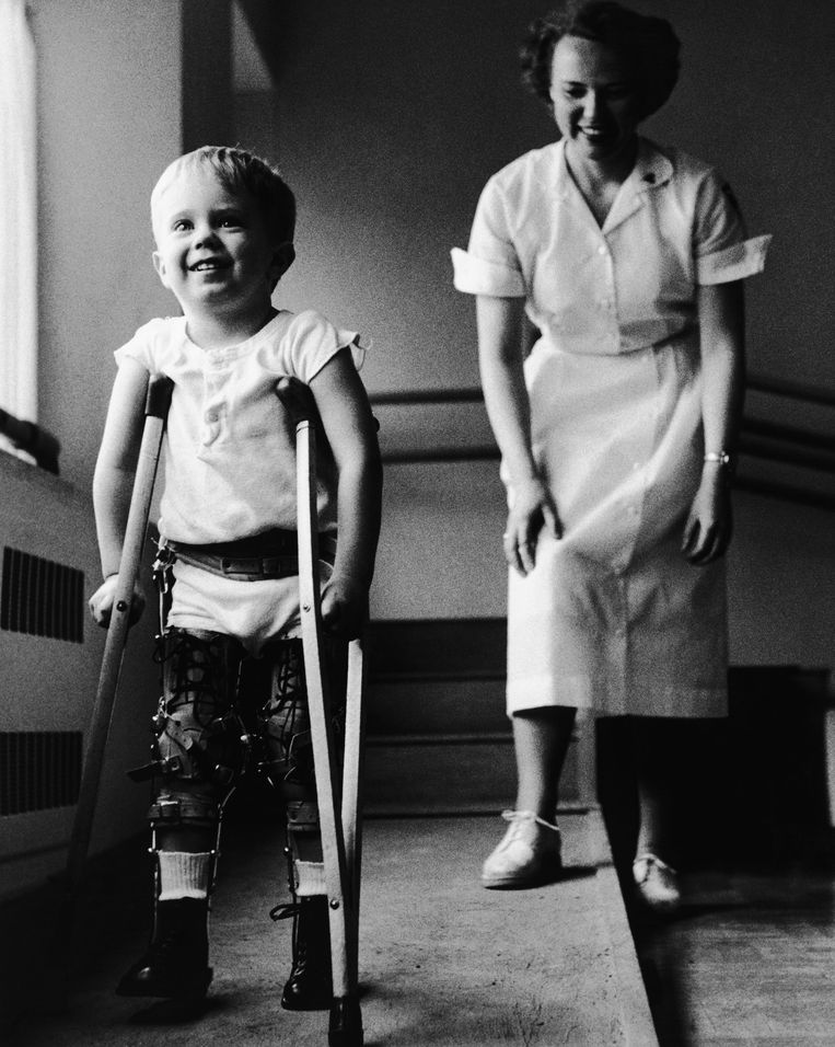 Een kind met polio leert lopen met krukken.  Beeld Josef Scaylea/Corbis via Getty Images