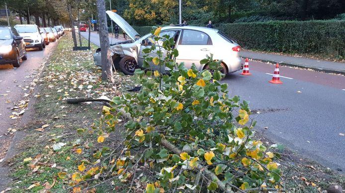 Een auto is dinsdagmiddag op de Volksparksingel in Enschede van de weg afgeschoten en tegen een boom aangereden.