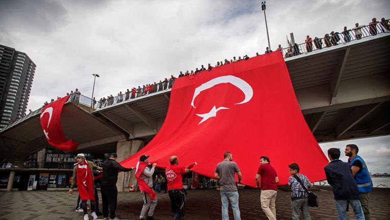 Nederlandse Turken, vorig jaar bij de Erasmusbrug in Rotterdam, tijdens een betoging tegen de mislukte staatsgreep in Turkije. Beeld anp