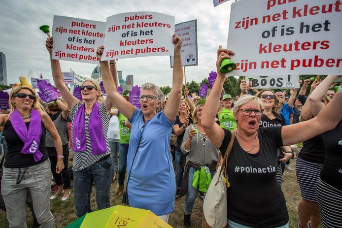 Enkele duizenden leraren, ouders en andere sympathisanten hebben zich op 26 juni verzameld op het Malieveld. Ze protesteren tegen de hoge werkdruk in het basisonderwijs, te lage salarissen en het oplopende lerarentekort.