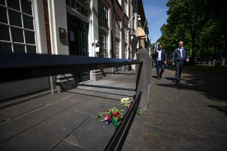 Bloemen bij de Britse ambassade ter nagedachtenis aan de slachtoffers van de aanslag in Manchester. Beeld anp