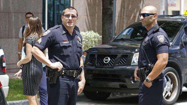 Agenten voor de deur van het hoofdkwartier van CONCACAF waar de FBI een inval deed in verband met de aanhouding van 5 FIFA-officials. Beeld afp