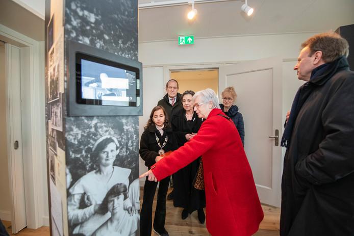 Kinderburgemeester Sibel Özcan mag als één van de eersten een kijkje nemen in Herrinneringscentrum Apeldoornse Bosch. Rechts naast haar Gerdi Verbeet.