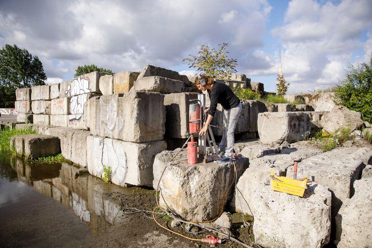 Esther Kokmeijer doet een boring in achtergebleven betonblokken. Beeld Aad Hoogendoorn