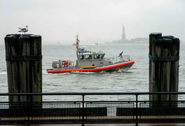 Een boot van de Amerikaanse kustwacht in de haven van New York.