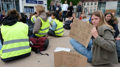 """Klimaatjongeren houden zitstaking. """"Ook wij blijven deze keer stilzitten, net zoals de regering"""""""
