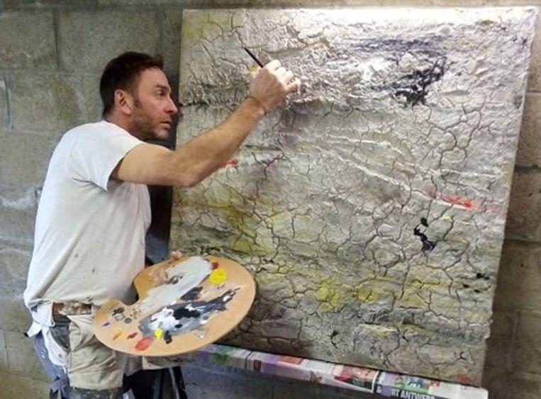 Cultuurschepen Tom Struys aan het schilderen