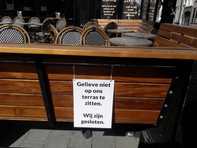Café Hart van Brabant vraagt nu nog om niet te zitten op het terras aan de Parade. Dat zal vanaf 1 juni anders zijn.
