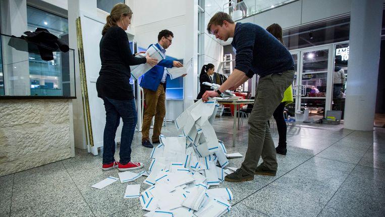 De stemmen worden geteld bij het stembureau in het Haagse Stadhuis na de Provinciale Statenverkiezingen. Beeld anp