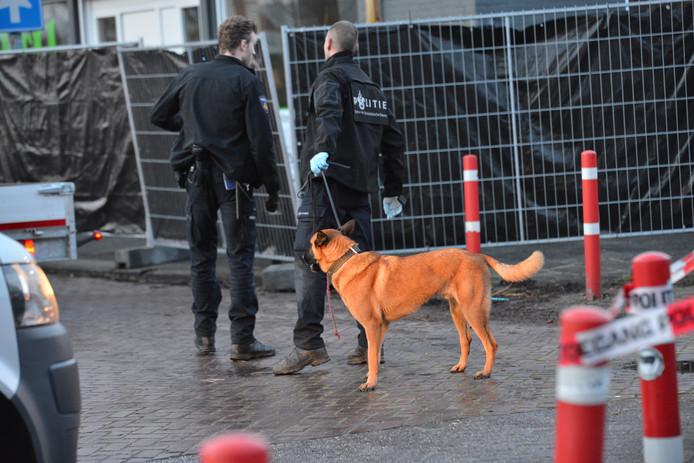 Politiehond aanwezig bij inval aan de Industriekade in Breda.