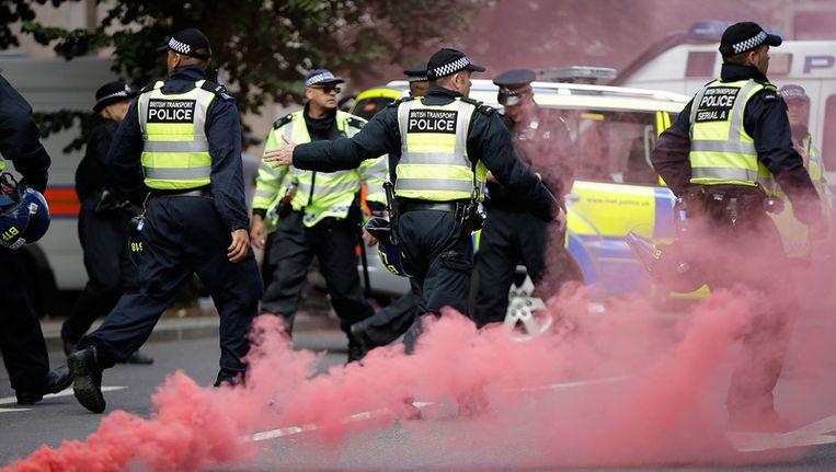 Politieagenten zaterdag tijdens de rellen in Londen. Beeld getty