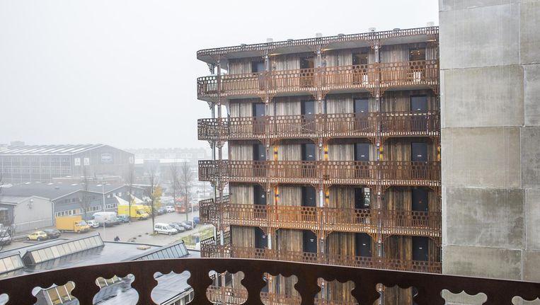 De kant-en-klare-appartementen komen met een opklapbed dat met een knop uit de muur komt gevallen. Beeld Floris Lok