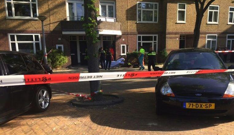 De gewonde vrouw wordt verzorgd door ambulancepersoneel Beeld Het Parool