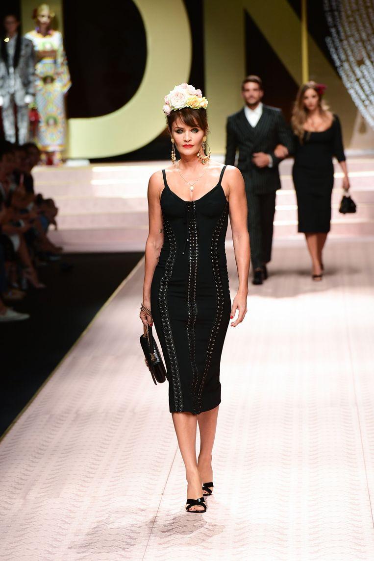 De Deense Helena Christensen in een aanspannende zwarte jurk.