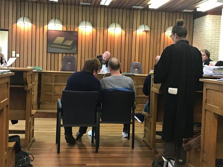 Inbreker Peter H. (rechts op stoel) voor de rechter in Veurne.
