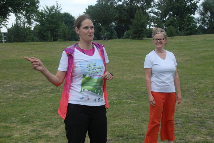 Corine Vos (l) en Maria Palmen, een andere begeleider.