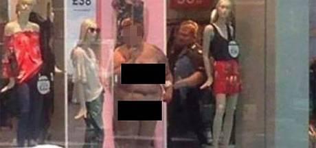 Zwaarlijvige vrouw stript in etalage uit protest tegen magere fotomodellen