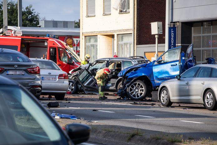Volgens omstaanders was een blauwe Dodge aan het spookrijden, nadat hij vier auto's had aangereden.