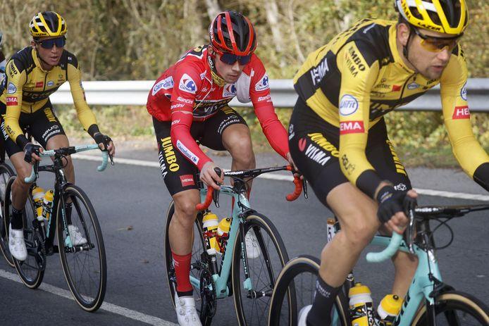 Lennard Hofstede (rechts) voor Primoz Roglic in een eerdere etappe.