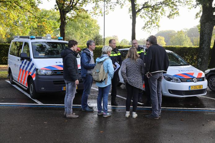 De politie, vrienden en familie van Anne Faber gaan zoeken bij Paleis Soestdijk.