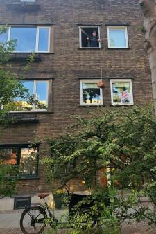 In Blijdorp zijn burgers op z'n 'Rapunzels' af te halen: vanuit het raam, via een mandje...van onderen!