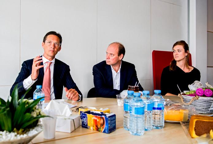 Wethouder Joost Eerdmans - geflankeerd door Maarten de Mooy en Tara Steger - op het Ambachtsplein.
