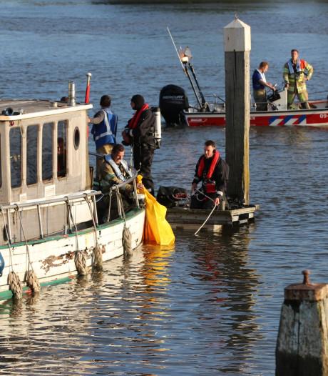 Boot bij Rhenen begint plotseling te zinken, brandweer doet onderzoek