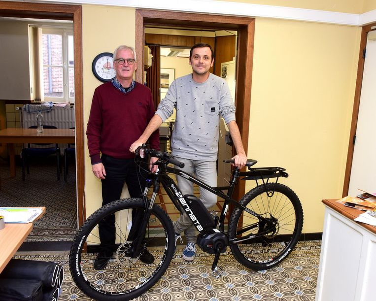 Ludo en Tom met de elektrische mountainbike.