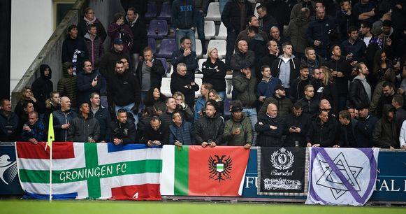 Tijdens de derby hingen Beerschotfans een vlag met een paars doorstreepte jodenster op.