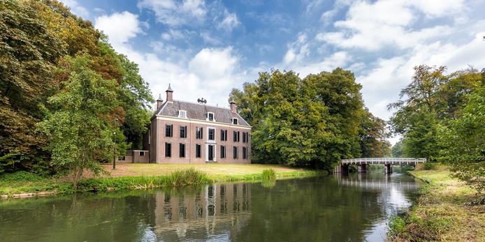Museum Oud Amelisweerd in Bunnik met op het dak het beeld Der Vogel, dat woensdag wordt weggetakeld.