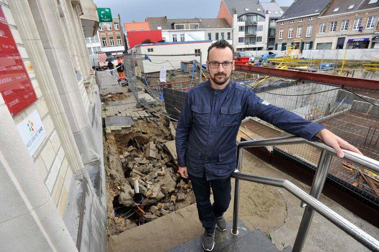 David Thijs, uitbater van Brasserie De Met, ziet zijn omzet door het zinkgat verder kelderen. Klanten blijven immers nog meer weg.