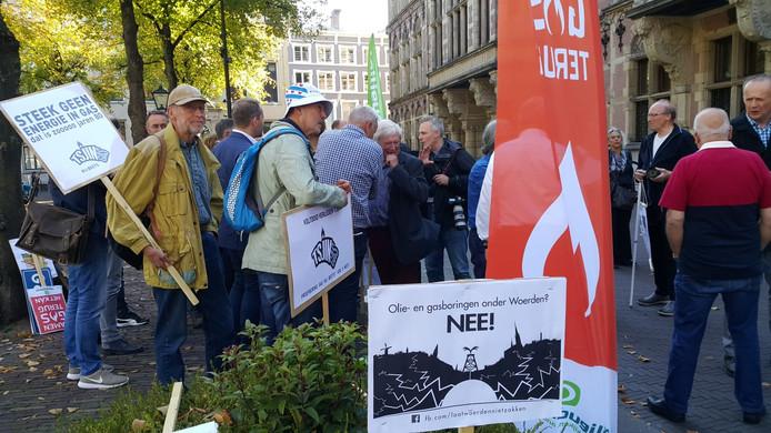 De stichting Laat Woerden Niet Zakken protesteerde eerder in Den Haag tegen olie- en gaswinning door winningsbedrijf Vermilion.