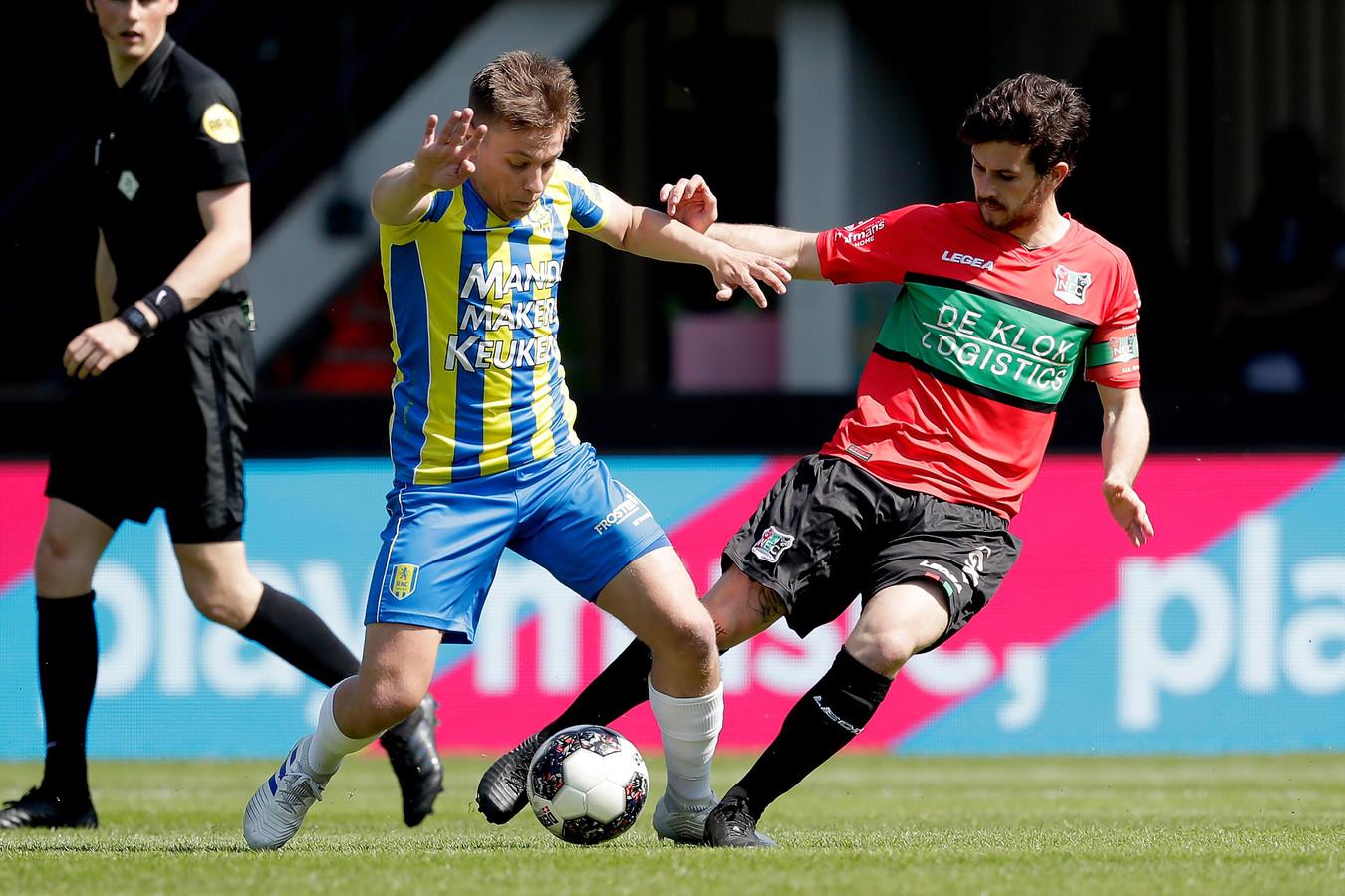 Daan Rienstra van RKC in duel met Jordy Bruijn van NEC (rechts).